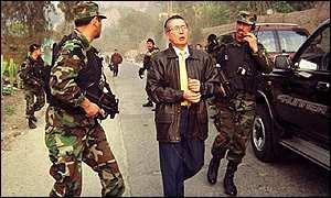 Fujimori haciendo creer que busca afanosamente a su socio Montesinos