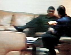 Imagen del famoso Video Kouri-Montesinos, en que este último aparece comprando al primero