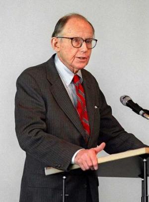 Samuel Huntington en una conferencia dictada en Munich en 1999. Fuente: EFE