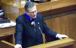 Henry Pease, en pleno ejercicio de su función de político. En la foto durante su visita al parlamento chileno, en su condición de Presidente del Congreso, el año 2004. Fuente: www.congreso.gob.pe