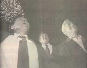 Alejandro Toledo respaldado por Mario Vargas Llosa en su cierre de campaña de las Elecciones de 2001, luego del colapso del fujimorato. Foto: Dante Piaggio. Fuente: Diario El Comercio, 6 de abril de 2001