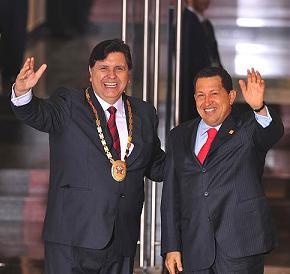 Alan García y Hugo Chávez posando para la foto, tratando de aparentar que llevan la fiesta en paz. Fuente: www.elpais.com