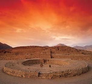Vista del ocaso desde Caral, la ciudad más antigua de América, en la provincia de Barranca, Lima-Provincias. Fuente: http://caralperu.blogspot.com/