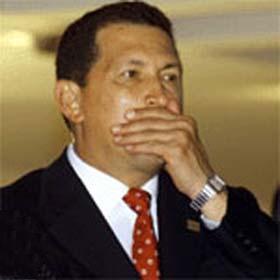 Inusual imagen de Hugo Chávez tapándose la boca, en actitud que debería repetir con mucha más frecuencia. Fuente: http://www.venelogia.com/