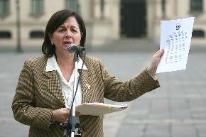 Ministra de Justicia Rosario Fernández, tratando de convencer que el gato tiene cinco pies. Fuente: www.tvperu.gob.pe