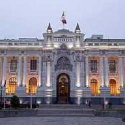 Fachada del Congreso de la República, de noche. Fuente: www.cnr.org.pe