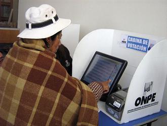 Ciudadana puneña experimenta con una máquina de voto electrónico de la ONPE
