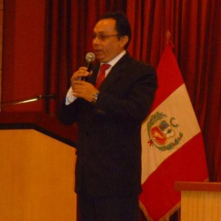 Disertando sobre las próximas Elecciones Regionales y Municipales en el II FORO de Jóvenes Líderes, Arequipa, 13 de abril de 2010