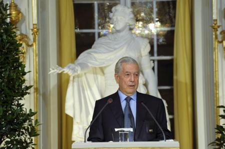 """Mario Vargas Llosa  pronunciando su discurso """"Elogio de la lectura y la ficción"""". Fuente: www.elespectador.com"""