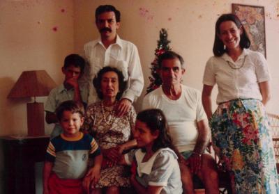 la_familia_piqueras_villaran_con_los_abuelos_maria_angelica_y_manolo.jpg