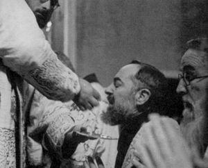 santo padre pio de pietrelcina no recibas la eucaristia en la mano
