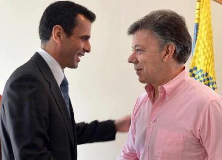 Santos recibe a Capriles