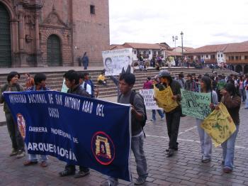 Marcha en la plaza de armas del cusco