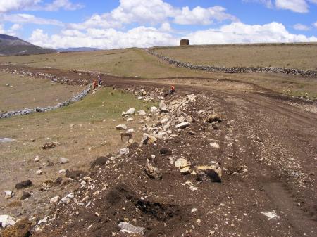 Camino Inka seccionado por la nueva carretera