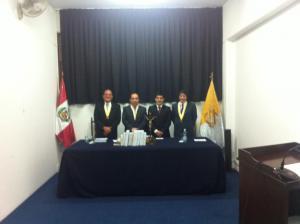 El tesista con los integrantes del Jurado.