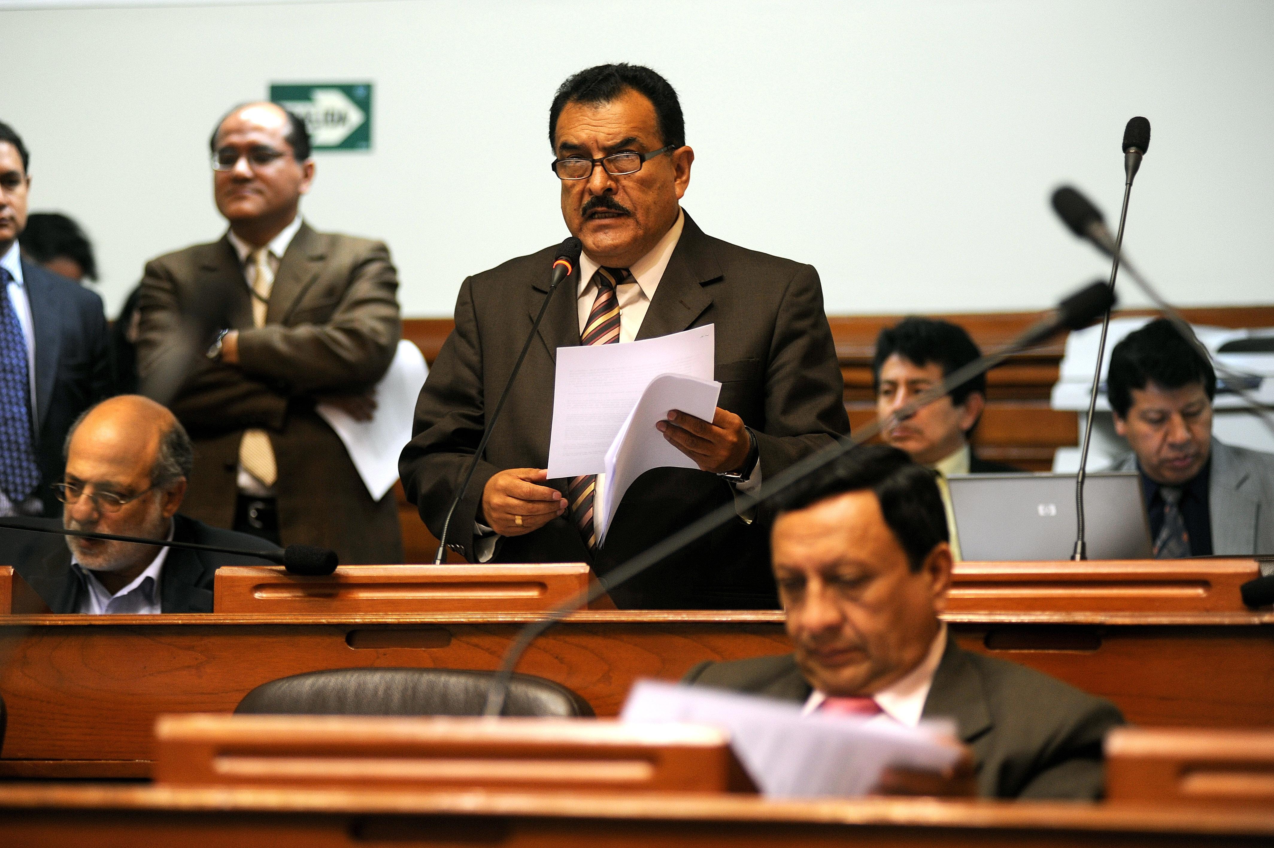 Congresista Reymundo expone el Dictamen de Insistencia sobre el voto electrónio. Atrás aparece el autor de esta nota. Fuente de la foto: Cogreso de la República