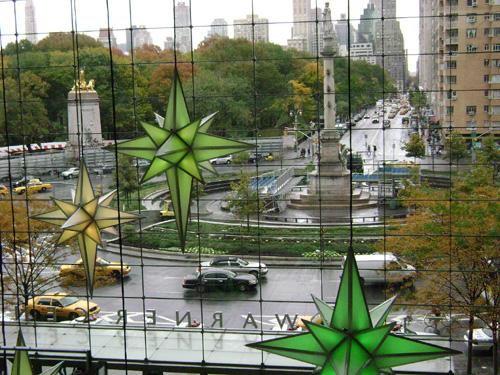 Vista de Columbus Circle desde un centro comercial