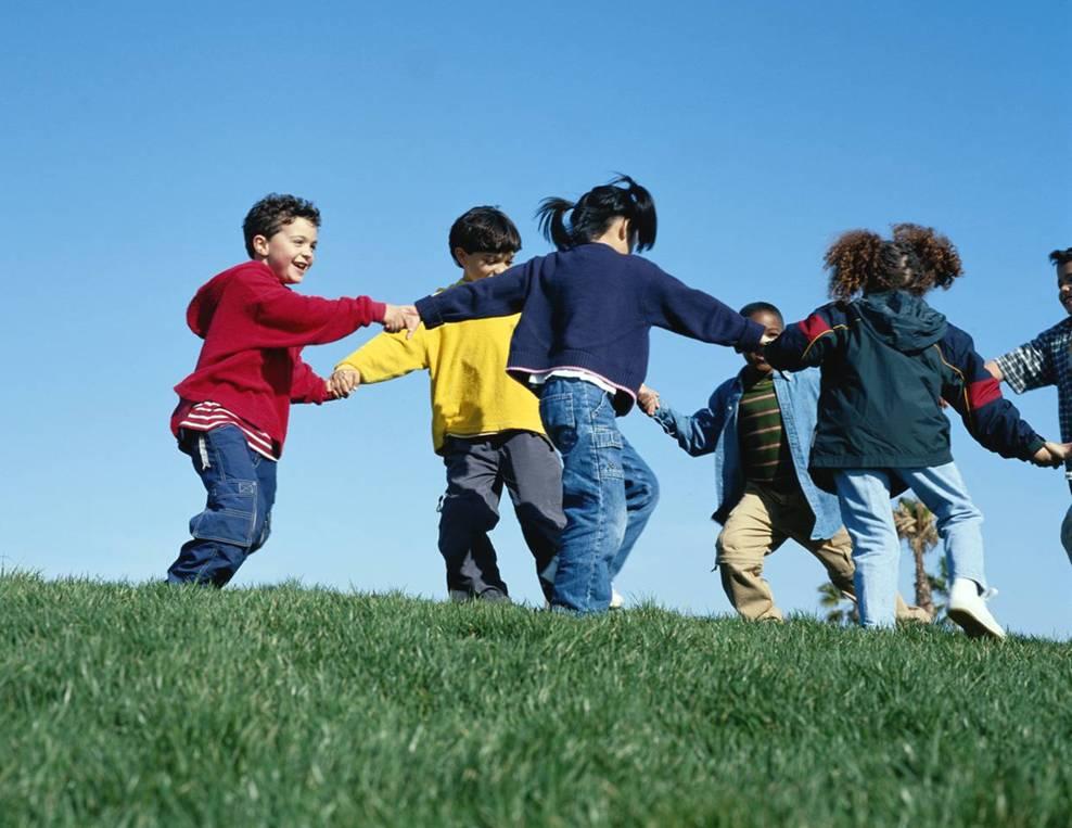 niños jugando libremente
