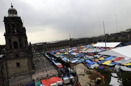 20130829-los_profesores_han_acampado_en_la_plaza_del_zocalo_de_la_capital_azteca2.jpg