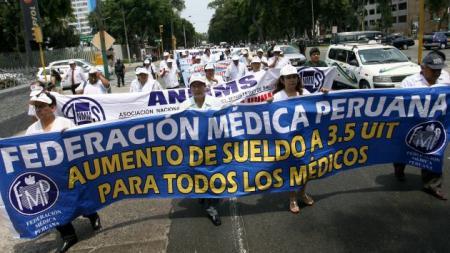 20140514-aumento_de_sueldos_medicos_peru.jpg