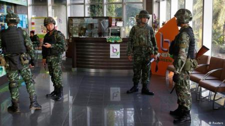 20140520-soldados_en_canal_de_tv_tailandes.jpg
