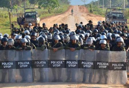 20120105-15-septiembre-2011-10-49-00-policias-realizando-un-bloqueo-en-el-territorio-indigena-parque-nacional-isiboro-secure-tipnis_detalle_media.jpg