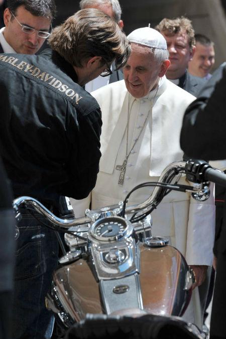 Papa Francisco y dos Harley Davidson