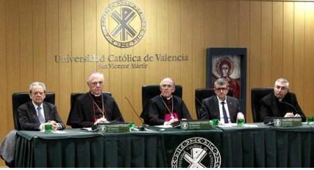 Azr. Muller - Vida de la Iglesia no puede centrarse en el Papa y la Curia