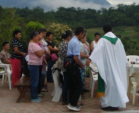 Sacerdotes y obispos servir comunidad