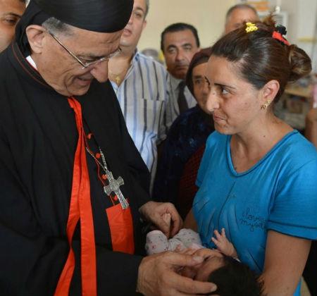 Patriarcas ortodoxos y católicos visitan refugiados en Irak