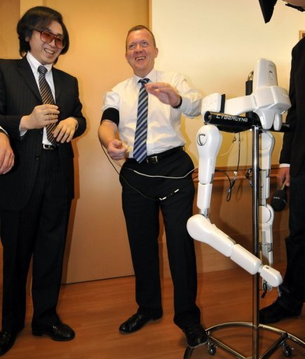 Rasmussen tries out the power-assisted robo-suit dubbed HAL or Hybrid Assistive Limb in Tokyo  Fuente: AFP