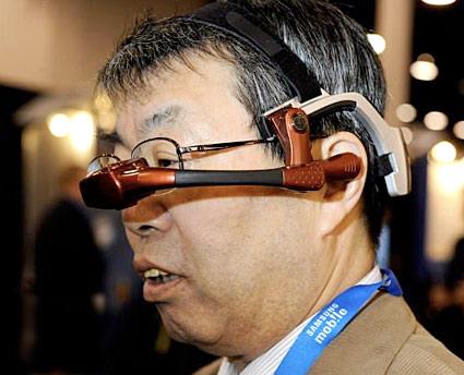 """Laptop"""" integrada a un casco que funciona con comandos de voz. Foto: Life"""