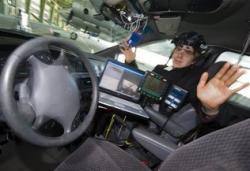 El científico David Latotzky de la Universidad Libre en Berlín se sienta en el asiento del pasajero de un automóvil que conduce con su movimiento ocular, en una demostración en Berlín el viernes 23 de abril del 2010 Gero Breloer / AP Foto