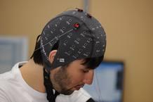 El casco de encefalografia registra la actividad cerebral y detecta cuándo el usuario quiere realizar un movimiento. Es entonces cuando activa la estimulación eléctrica que eliminará el temblor.