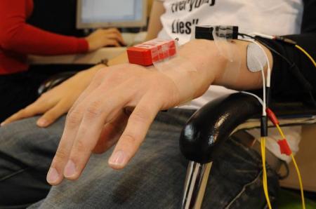 Los sensores inerciales miden el movimiento del paciente. Conocer toda la cadena de movimiento desde que se genera la intención en el crebro hasta que realmente se ejecuta permite desarrollar estrategias de control personalizadas.