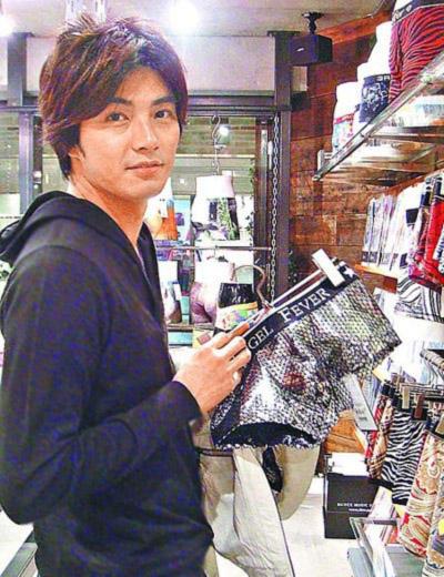 Mike He en Tokio comprando ropa interior