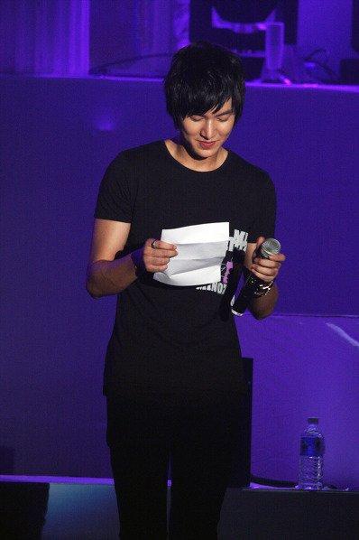 Lee Min Ho leyendo la carta