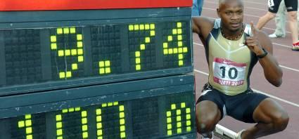 Asafa Powell bate el récord del mundo de los 100 metros.